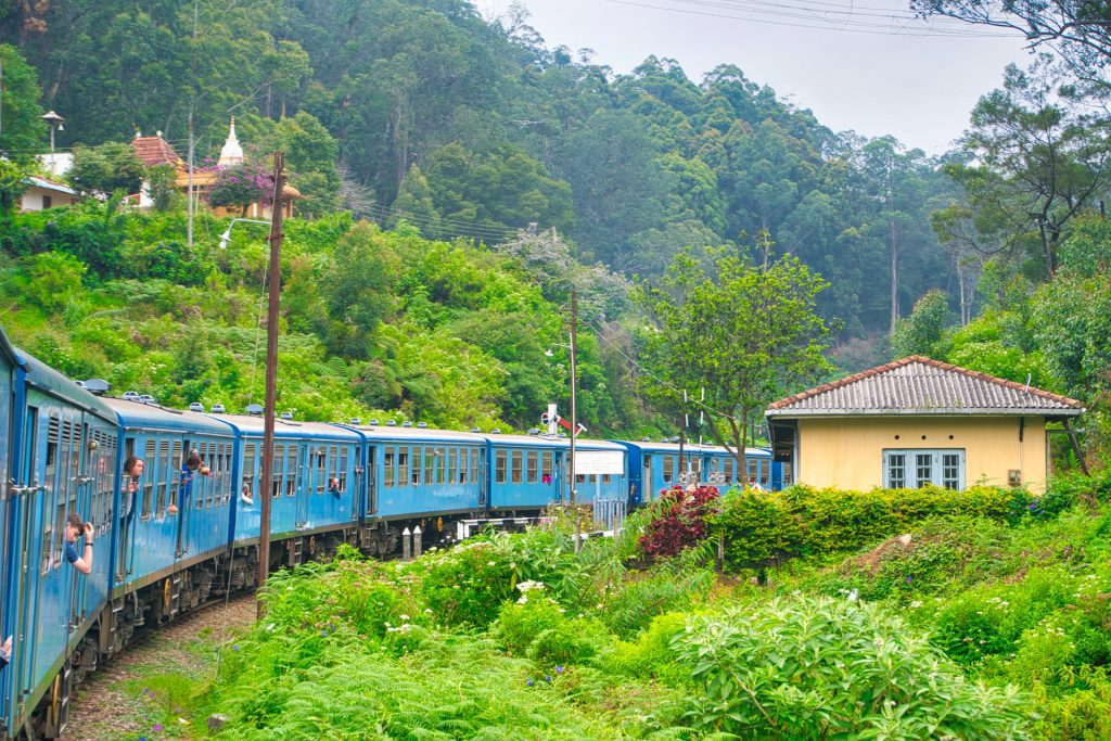 Kandy Ella Train Approaching building